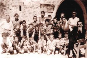 Pfarrer Bitris Ögünc als Lehrer (ganz rechts) mit seinen Schülern